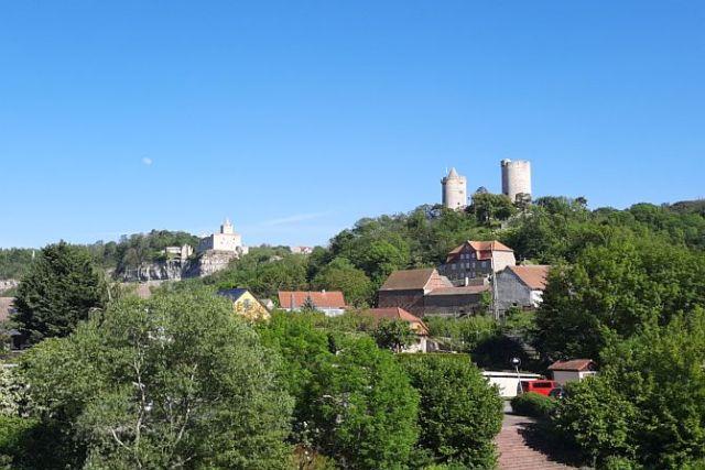 Die Burg Saaleck und die Rudelsburg im Hintergrund