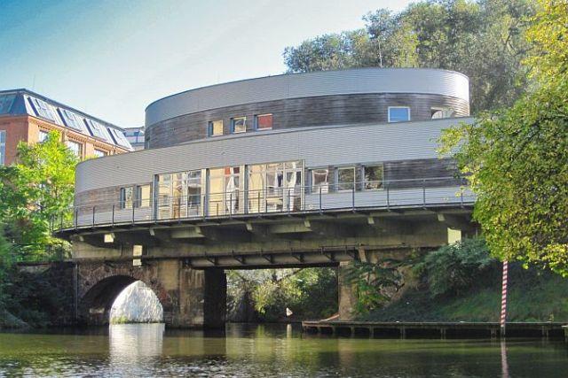 Das Riverboot wurde auf eine alte Industriebahnbrücke gebaut.