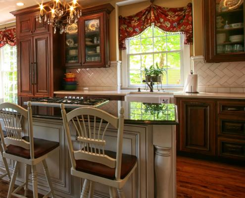custom cabinetry, traditional style, kitchen,island,glass cabinet doors,decorative details,two toned cabinets,ideas