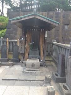 The grave of Kuranosuke Oishi