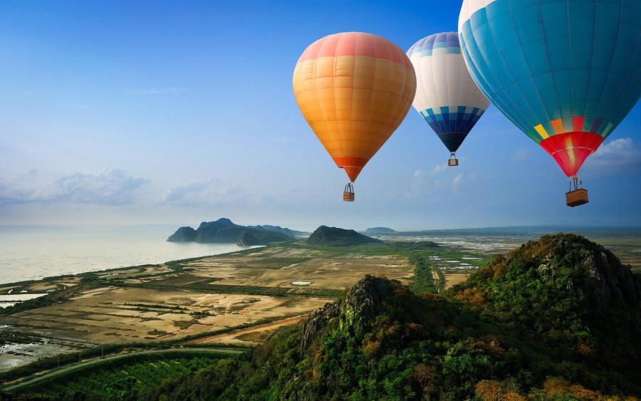 Hot Baloons in Flight