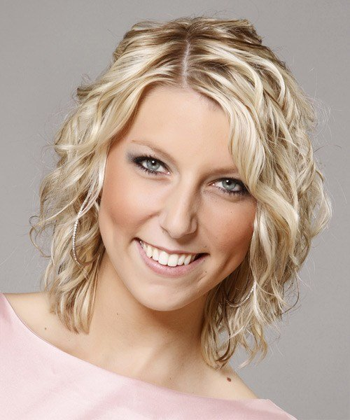 New Medium Curly Casual Hairstyle Light Champagne Blonde Ideas With Pictures