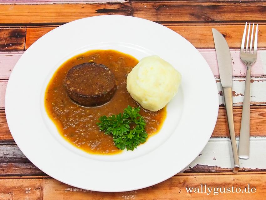Seitanscheiben in dunkler Sauce mit Kartoffelknödel