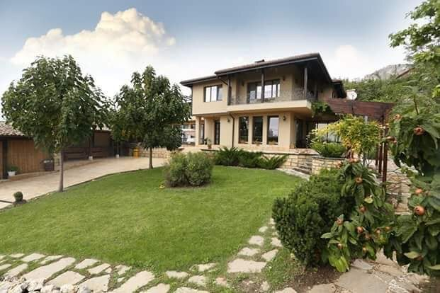 Example of a 4 bed detached property with a large plot of land at Walnut Grove