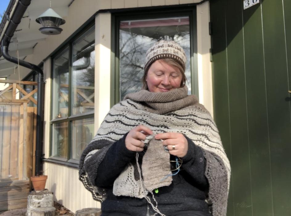 Josefin Waltin knitting outdoors