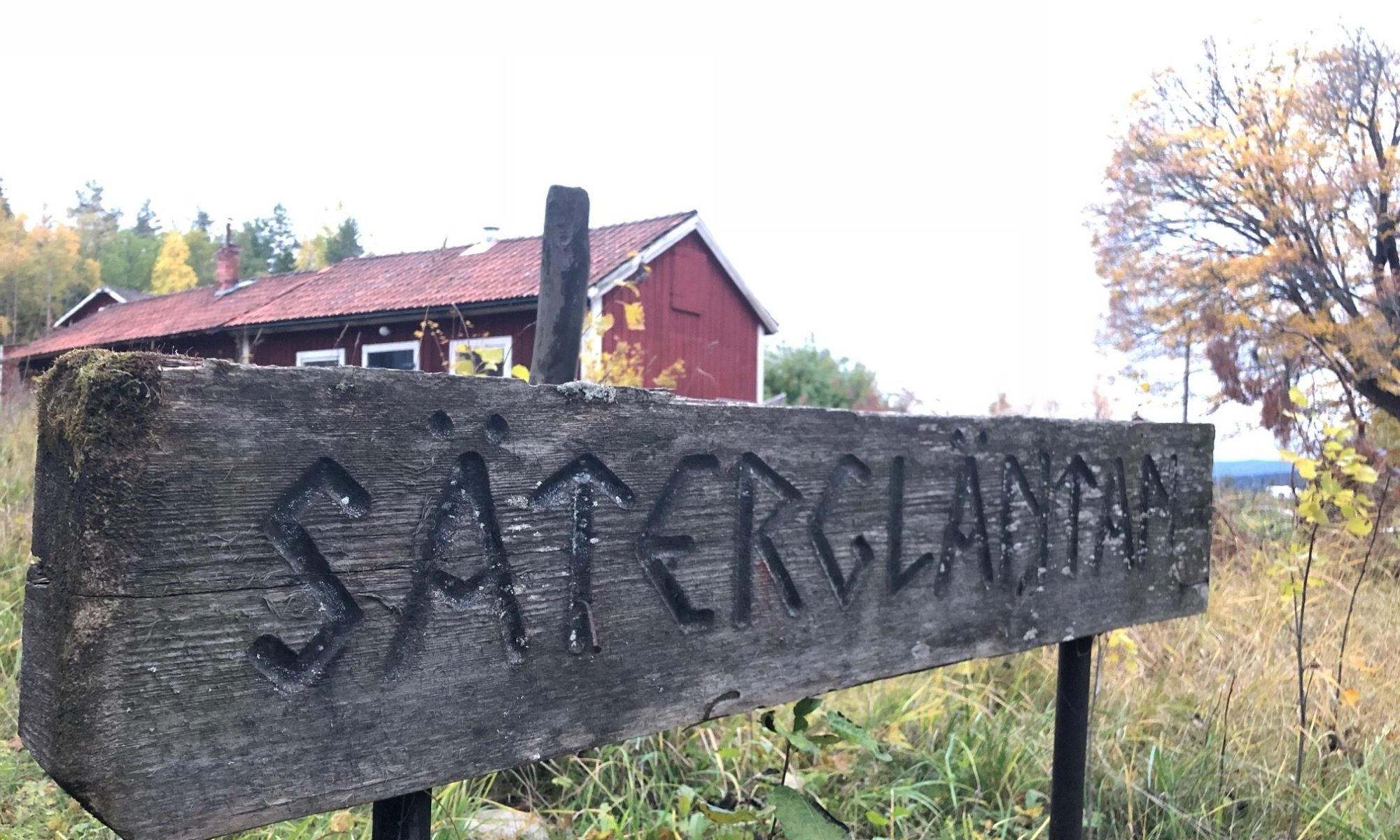 A wooden sign with the text Sätergläntan