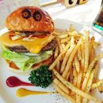 【ハンバーガー】GOLDEN BURGERのダブルチーズ・ダブルバーガーはジューシーでうまい