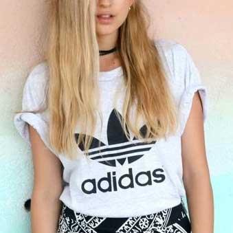 Adidas Tシャツと柄ボトム