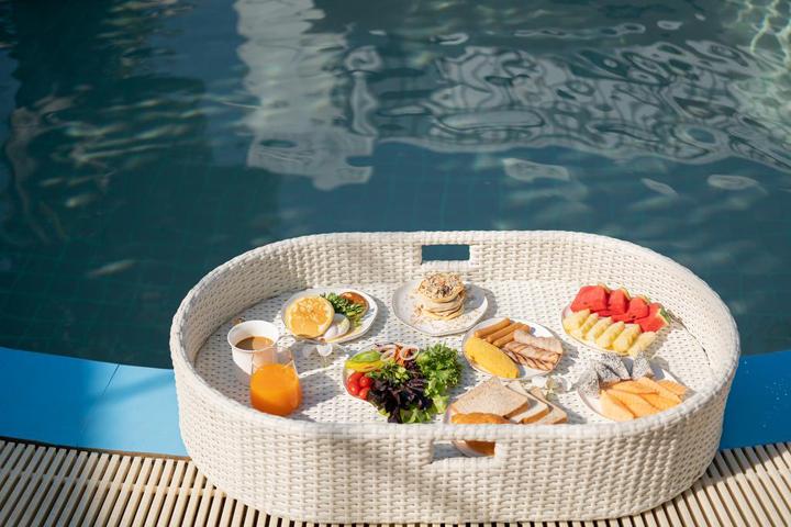 flora-hotel-floating-breakfast