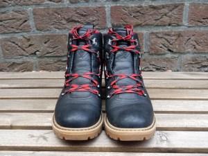 wandelschoenen veteren om pijnlijke wreef te voorkomen
