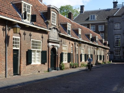 Straatje met oude huizen in Utrecht