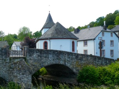 Brigidakapelle van Kronenburger Hütte met op voorgrond een stenen brug