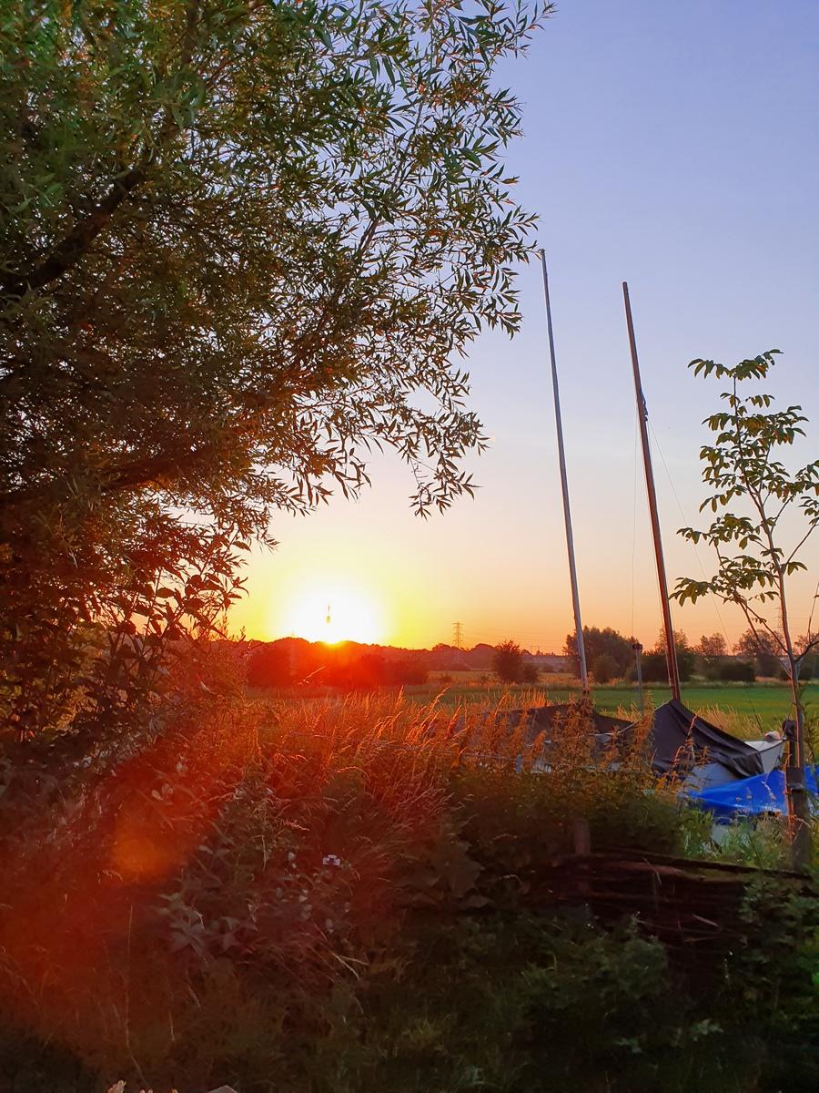 zonsopkomst met bootjes op het droge