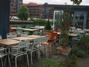 Gekleurde stoelen koffietent Kubus Haagvliet