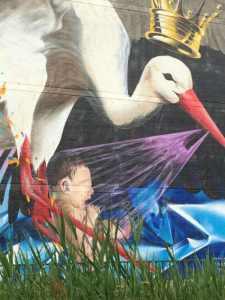 Muurschildering flat Laakweg ooievaar met kindje