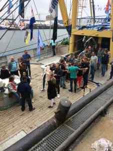 Groepen mensen op een boot met een biertje in de hand