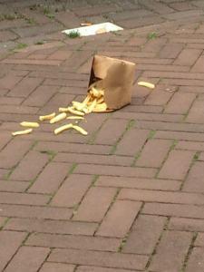 Zakje friet op de grond