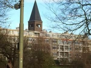 Sacrementskerk torent boven de flats uit