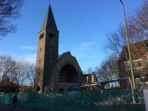 Kerktoren schittert in de blauwe lucht