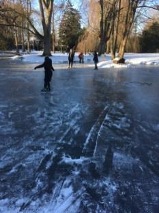 schaatsplezier op de vijver febr 2021
