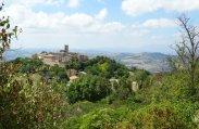 Blik op Montefabbri vanaf de Via del Monte