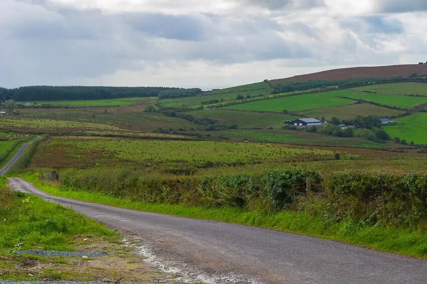 how to drive in Ireland country road
