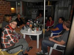 Gemütliche Runde von Reisenden treffen sich in Perth bei Freunden von Thomas