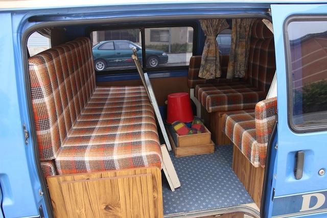 Blick durch die Seitentür, Sofa kann zum Bett umgebaut werden