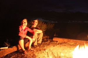 Abends am Lagerfeuer, wir lauschen Wayne's Gitarrenspiel