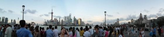 Auf der Promenade, gegenüber der Skyline, drängeln sich die Besucher