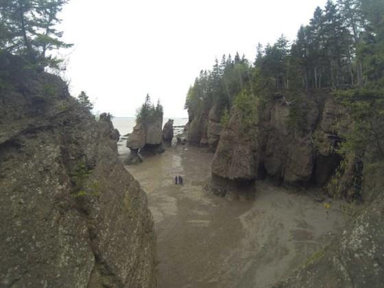 Die Hopewell Rocks bei Ebbe. Bei Flut steht alles unter Wasser