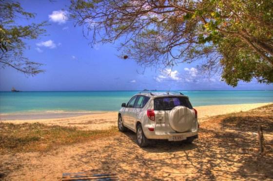 Wir fahren mit dem Jeep bis an den Strand