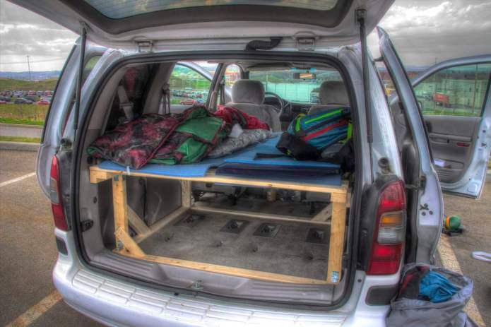 so baust du ein bett in dein auto ein. Black Bedroom Furniture Sets. Home Design Ideas