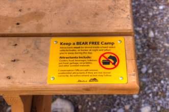 Ein Picknicktisch im Canmore Nordic Centre Provincial Park weist darauf hin keine Bären anzulocken
