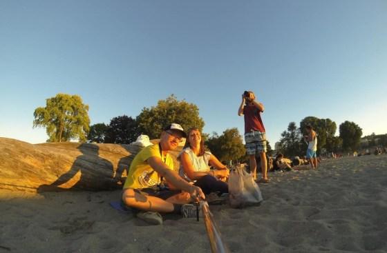 Isabel und ich am Strand. Thomas steht im Hintergrund rum und macht Fotos