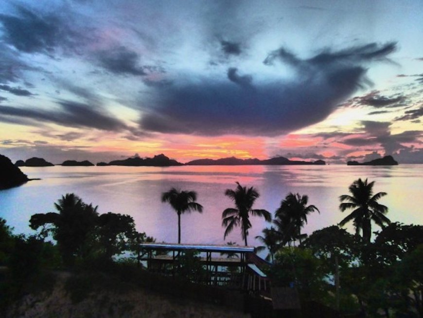 Nomadic_Boys_romantic_sunset_Palawan_in_the_Philippines_