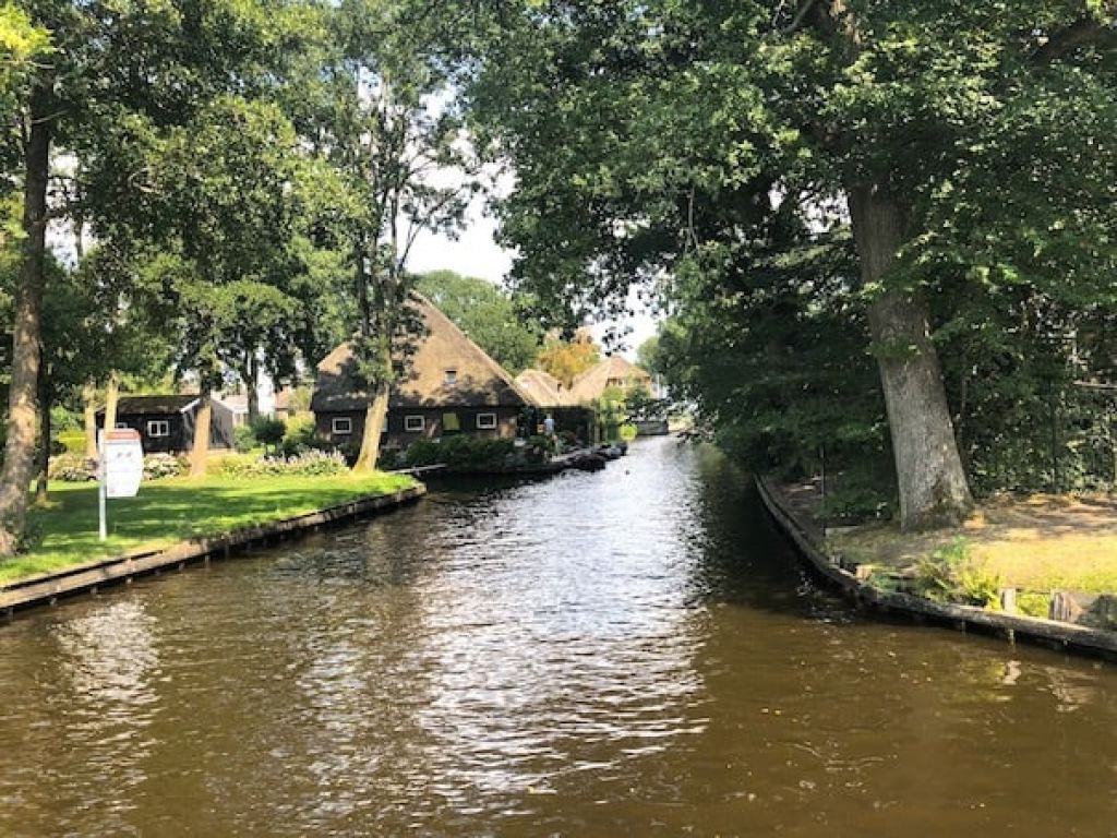 Visit Giethoorn - the village with no roads! #giethoorn #holland #travel #europe #adventure #roadtrip