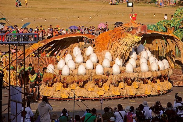 The epic props of Dinagyang contingent to Aliwan Fiesta 2012. That eagle moved and it had eaglets that also moved.  I did not see anything like this in this year's Aliwan Fiesta.