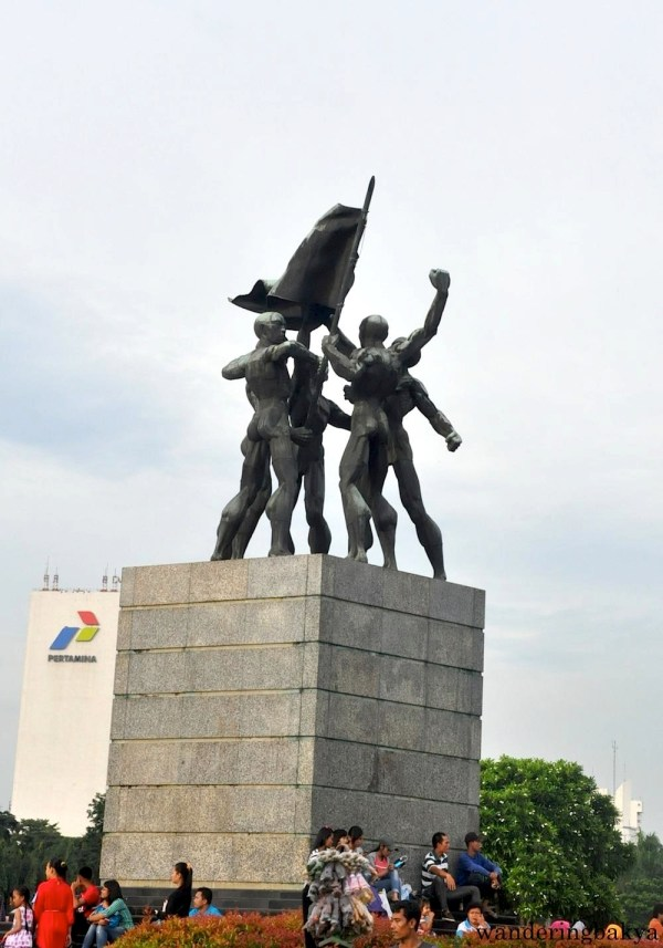The Flag Bearer statue is a few meters from Monas.