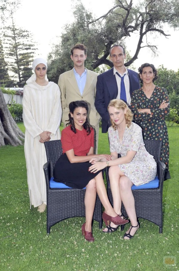 The cast of El Tiempo Entre Costuras in Tétouan: Standing from left to right, Jamila (Alba Flores), Marcus Logan (Peter Vives), Claudio Vázquez (Francesc Garrido), and Dolores Quiroga ((Elvira Mínguez). Sitting from left to right: Sira Quiroga (Adriana Ugarte) and Rosalinda Fox (Hannah New). Photo from cineol.net
