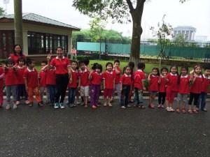 school field trip - dewing Uncle Ho under glass