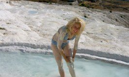 Wandering Caro luxury travel blogger in Pamukkale