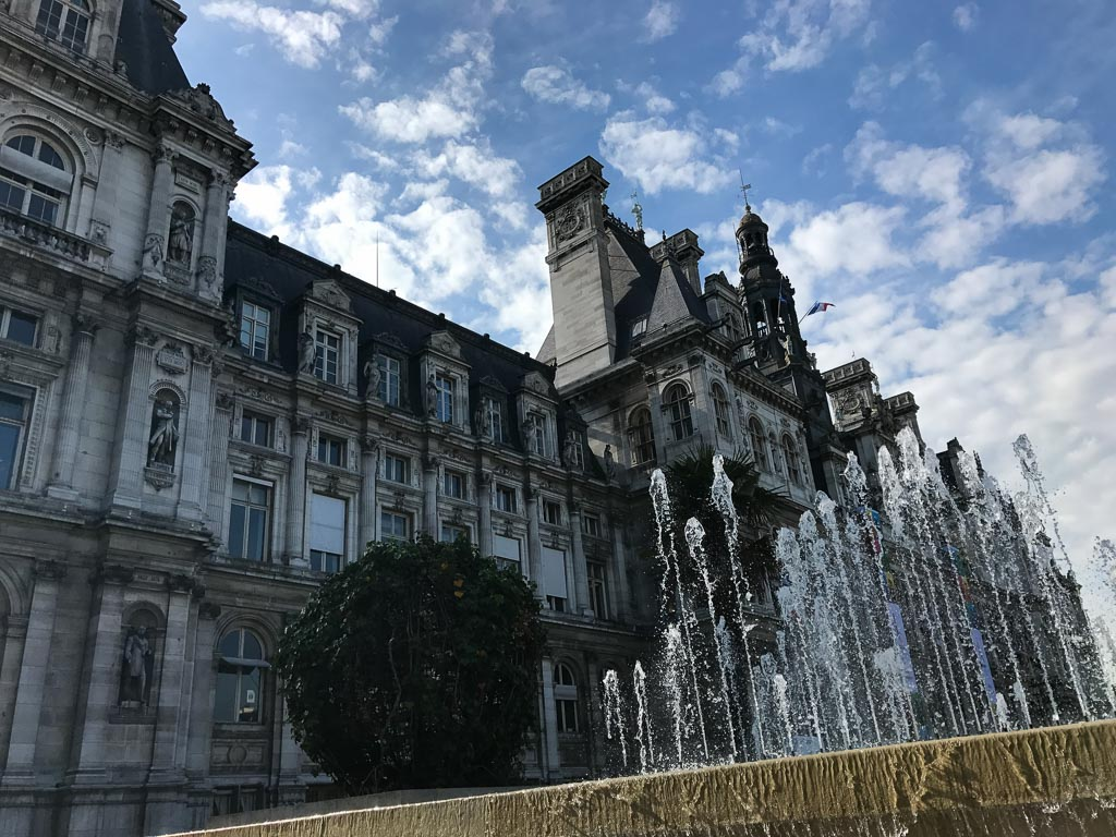 Comprehensive Guide to Paris:  Fountains outside Hotel de Ville