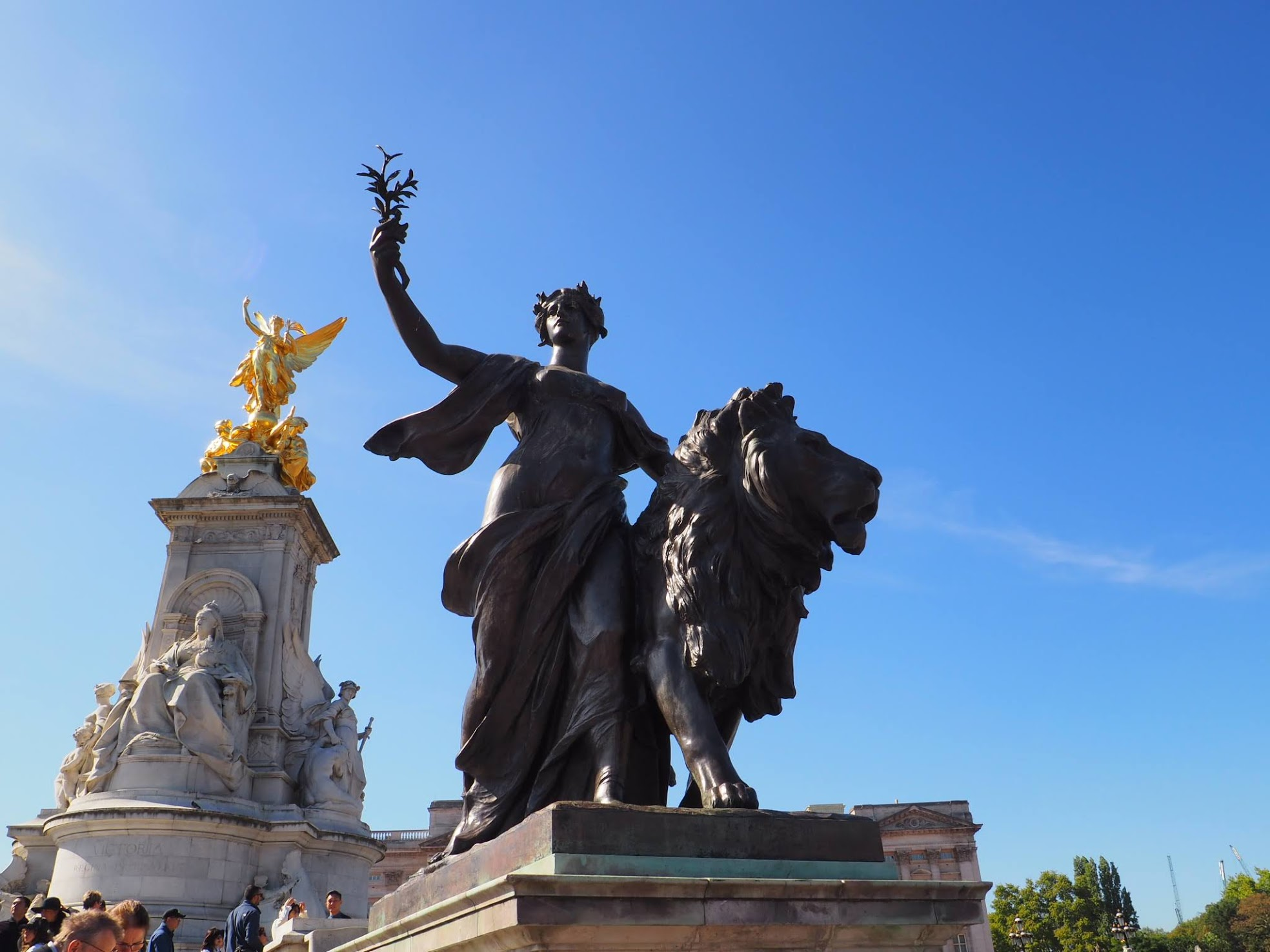 Buckingham Palace Statue