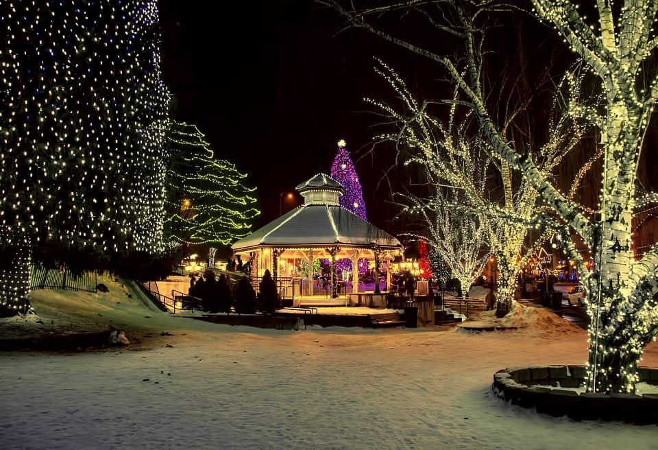 holidays-in-the-village-3517686_960_720.jpg