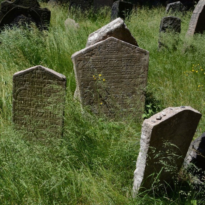 travel with kids prague jewish cemetery grave stones
