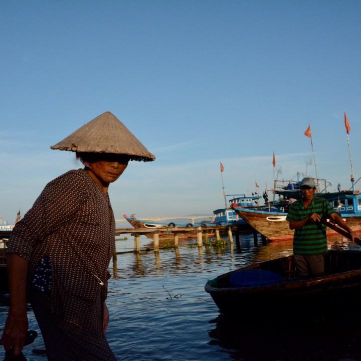 photo tour vietnam hoi an old lady