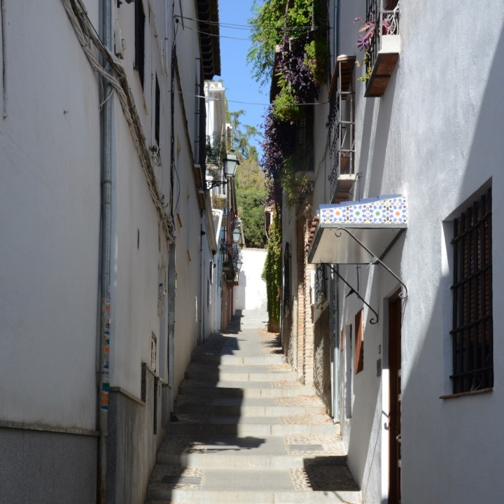 granada with kids albaicin empty alleyway
