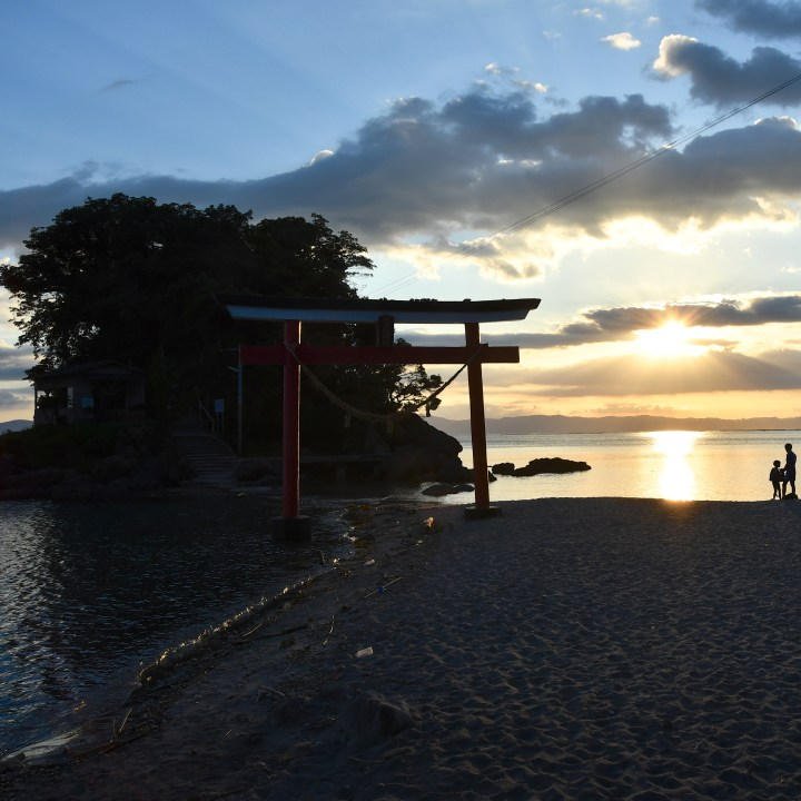 Arahiratenjin shrine and beach