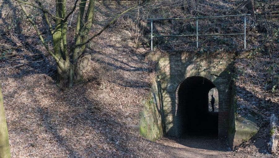 Tunnel unter der Bahn